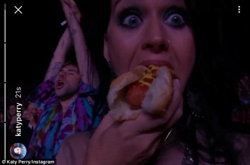 katy-perry-tucks-into-a-hot-dog-as-she-watches-dolly-parton-perform