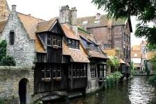 Mittelalterliche Häuser in Brügge an einem Fluss