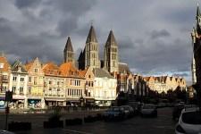 Marktplatz in Tournai mit der Liebfrauenkathedrale im Hintergrund