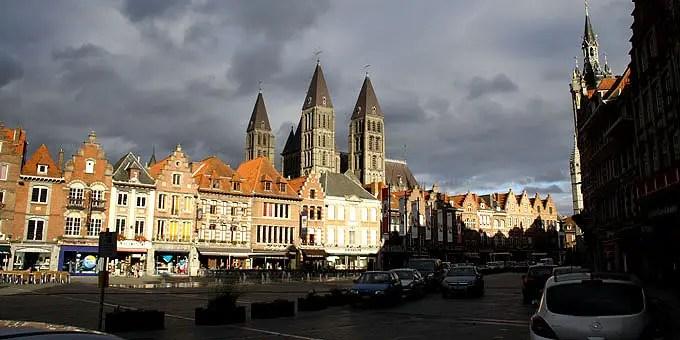 Marktplatz in Tournai mit der Liebfrauenkathedrale im Hintergrund im Belgien Urlaub