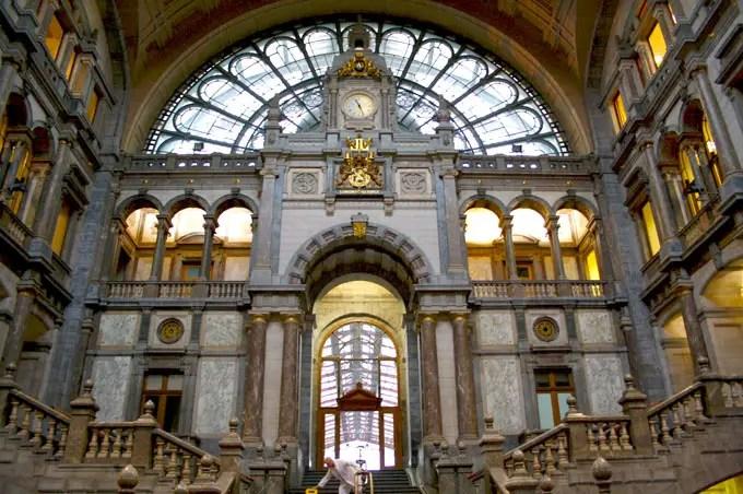 Bahnhof Antwerpen-Centraal von innen - Flandern Rundfahrt