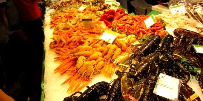 Barcelona Staedtereise - Stand mit Krustentieren in der Markthalle La Boqueria