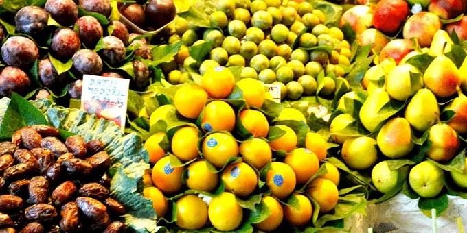 Barcelona Staedtereise - Obst zu Pyramiden aufgeschichtet
