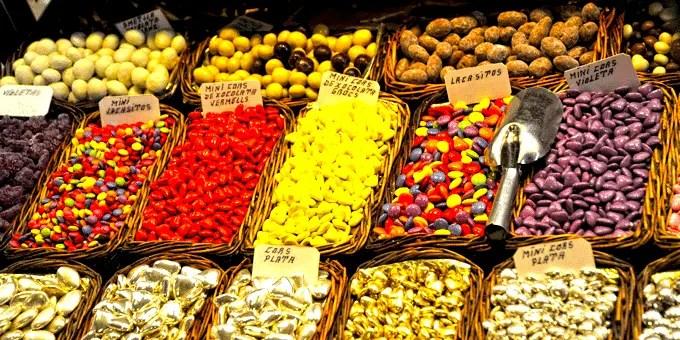 Barcelona Staedtereise - Stand mit Suessigkeiten in der Markthalle La Boqueria