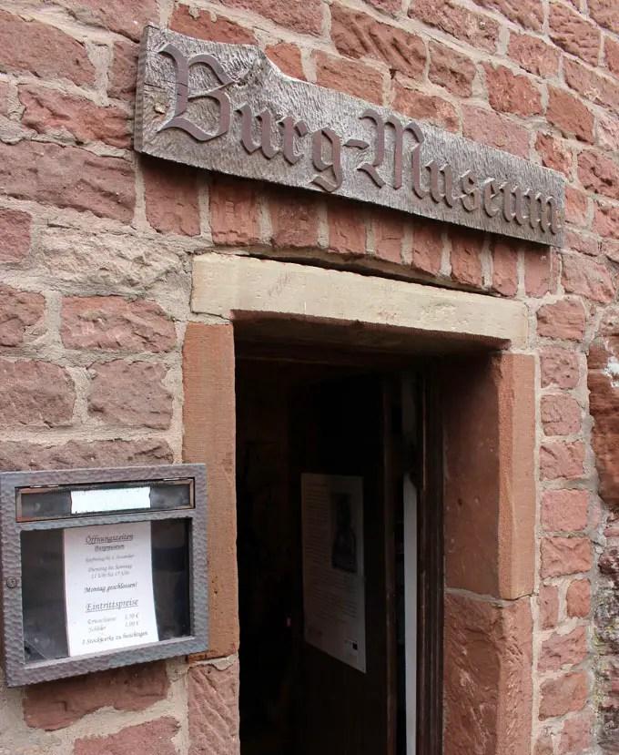 Sehenswuerdigkeiten-suedwestpfalz-dahner-felsenland-rheinland-pfalz-reisetipps-deutschland-dahner-burgengruppe-museum