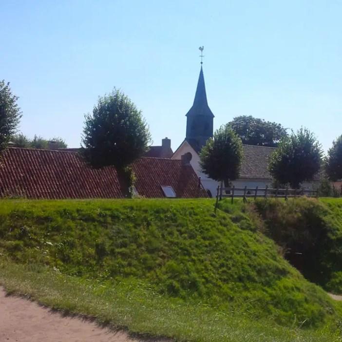 sehenswuerdigkeiten-groningen-reisetipps-niederlande-holland-bourtange-blick-kirche-wall