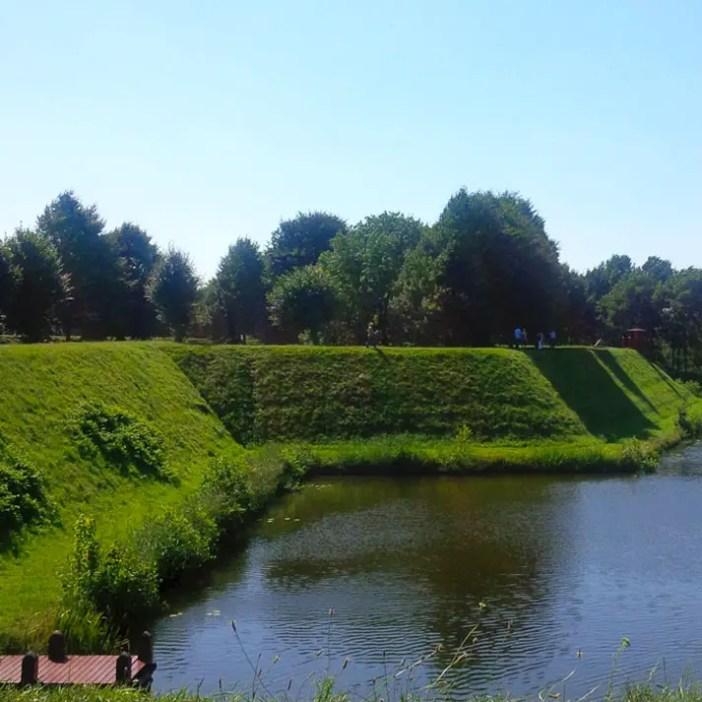 sehenswuerdigkeiten-groningen-reisetipps-niederlande-holland-bourtange-wanderung-wall