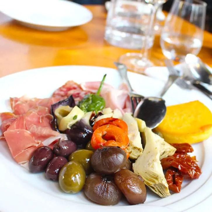 "restaurants-in-kassel-osteria-elis-levorato-enoteca-antipasti ""width ="" 726 ""height ="" 726 ""srcset ="" https://www.nicolos-reiseblog.de/wp-content/uploads/2017/01 /restaurants-in-kassel-osteria-elis-levorato-enoteca-antipasti.jpg 726w, https://www.nicolos-reiseblog.de/wp-content/uploads/2017/01/restaurants-in-kassel-osteria- elis-levorato-enoteca-antipasti-150x150.jpg 150w, https://www.nicolos-reiseblog.de/wp-content/uploads/2017/01/restaurants-in-kassel-osteria-elis-levorato-enoteca-antipasti -300x300.jpg 300w, https://www.nicolos-reiseblog.de/wp-content/uploads/2017/01/restaurants-in-kassel-osteria-elis-levorato-enoteca-antipasti-50x50.jpg 50w ""maten = ""(max. breedte: 726px) 100 vw, 726px"" /></p data-recalc-dims="