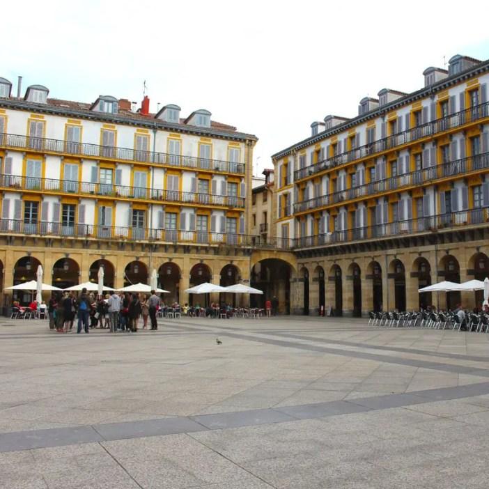 sehenswuerdigkeiten-san-sebastian-baskenland-reisetipps-spanien-altstadt-placa-de-constitucion