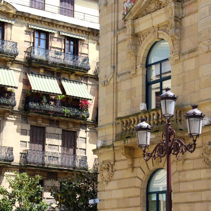 sehenswuerdigkeiten-san-sebastian-reisetipps-baskenland-reisetipps-spanien-plaza-gipuzkoa-gebaeude