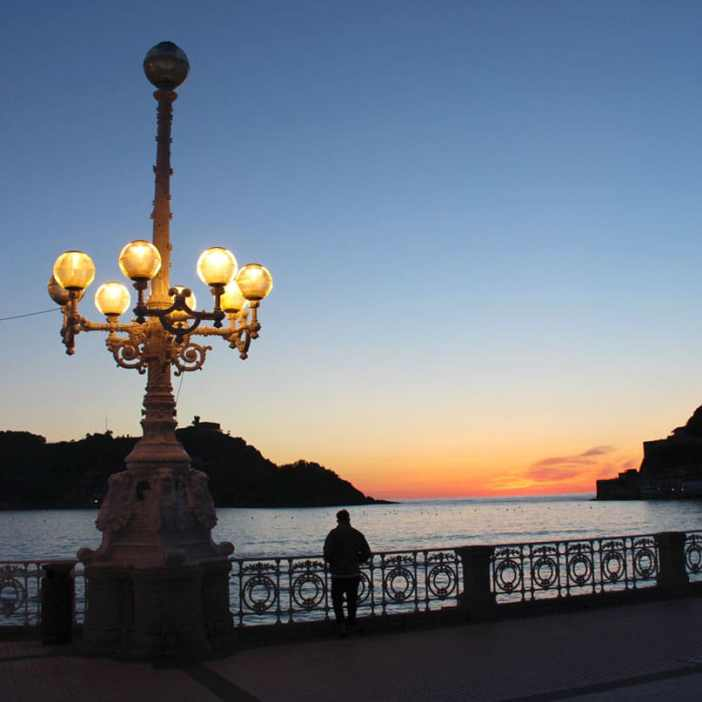sehenswuerdigkeiten-san-sebastian-reisetipps-baskenland-reisetipps-spanien-promenade-abend