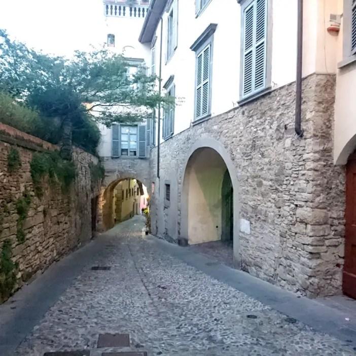 reisetipps-lombardei-reisetipps-italien-rundreise-lombardei-sehenswuerdigkeiten-bergamo-citta-alta-gassen