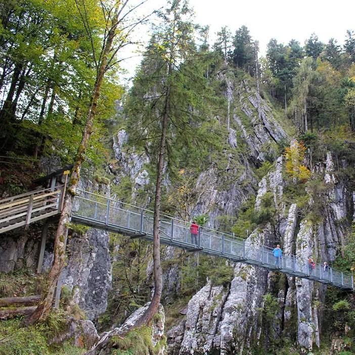 sehenswuerdigkeiten-kaiserwinkl-reisetipps-tirol-reisetipps-oesterreich-wallfahrtskirche-klobenstein-drahtseilbruecke