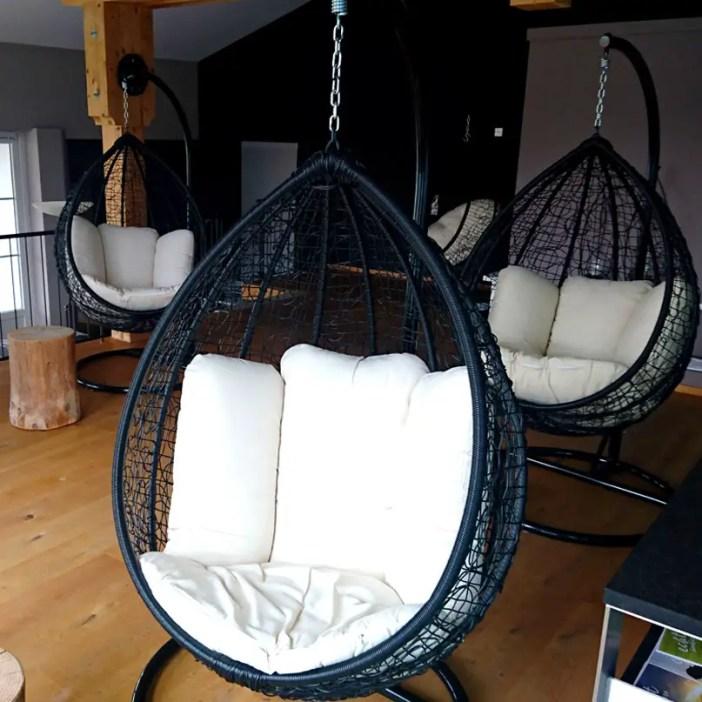 haubers-alpenresort-oberstaufen-allgaeu-bayern-hoteltipp-deutschland-haus-am-see-bubble-chairs