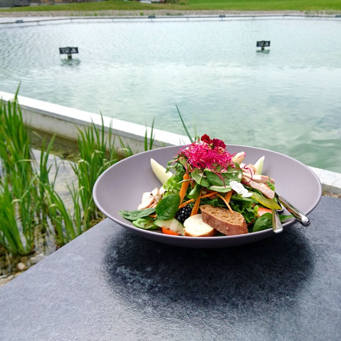 haubers-alpenresort-oberstaufen-allgaeu-bayern-hoteltipp-deutschland-haus-am-see-salat