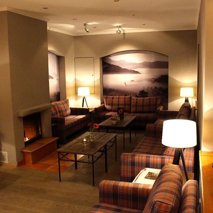 haubers-alpenresort-oberstaufen-allgaeu-bayern-hoteltipp-deutschland-lobby-wohnzimmer