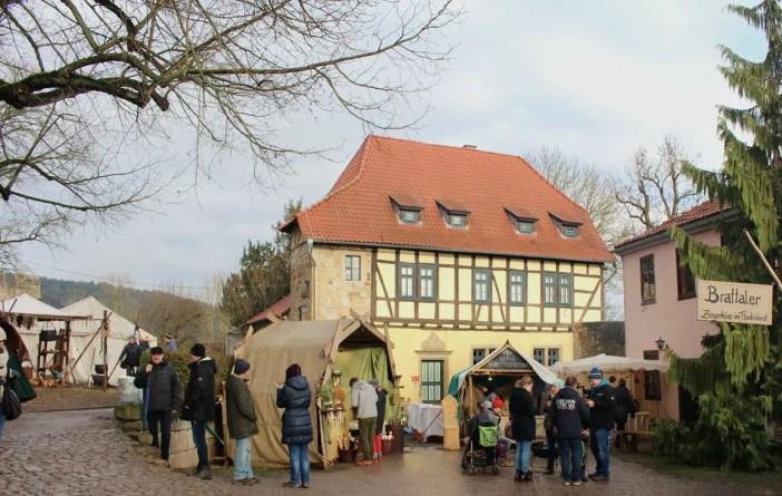 Weihnachtsmarkt-auf-der-creuzburg-reisetipp-thueringen-reisetipp-deutschland-staende-jute