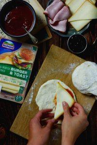 Drożdżowe pierogi z szynką i serem Hochland Burger & Toast