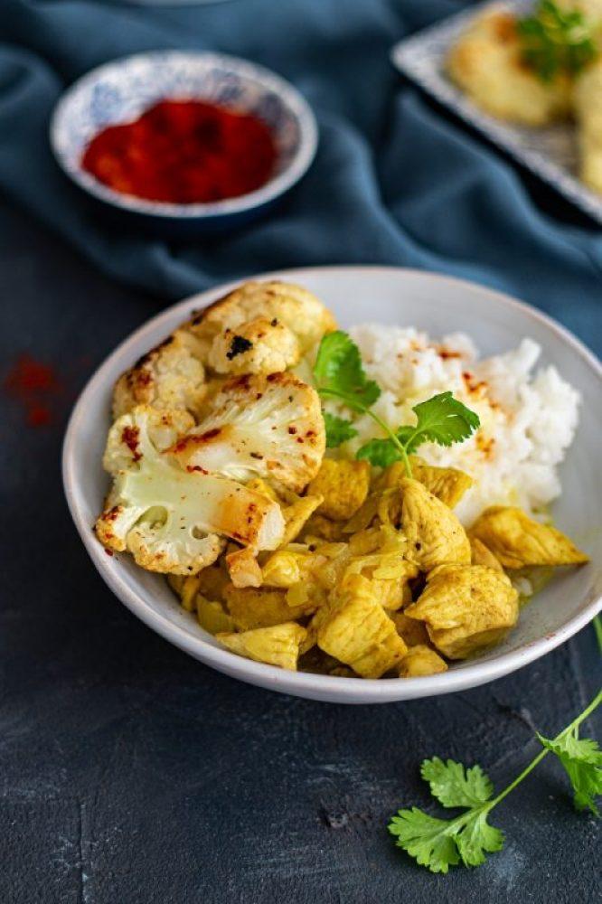 ryż z kurczakiem curry i pieczonym kalafiorem