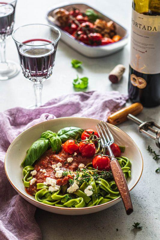 Pieczone pomidorki koktajlowe z czosnkiem na winie