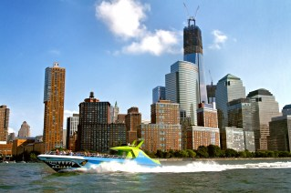 Battery Park City mit Speedboot