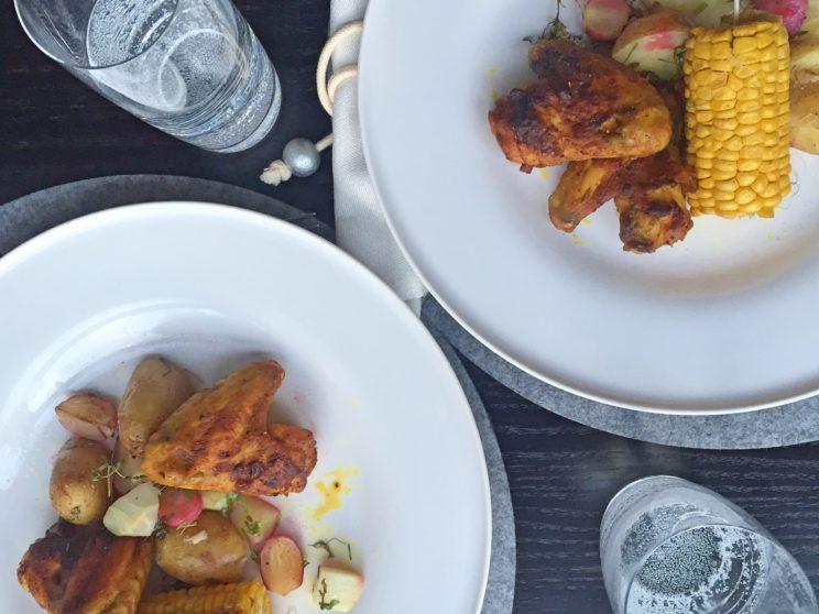 Przepis na chrupiące pieczone skrzydełka i warzywa a la grill