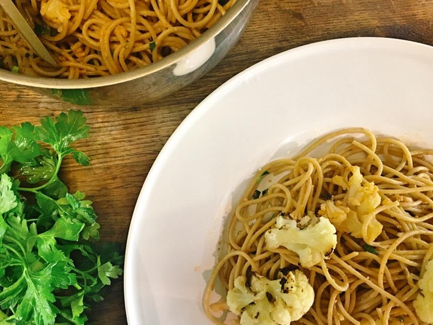 spaghetti z pieczonym kalafiorem i sosem pomidorowym