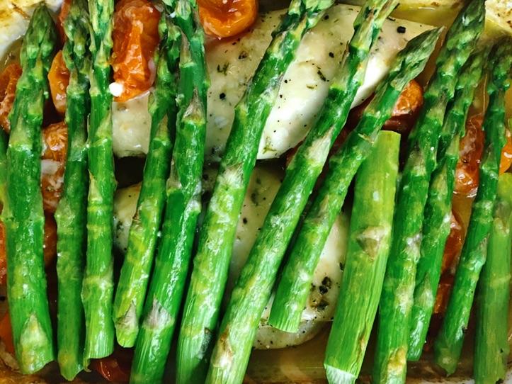 posiłek po treningu kurczak i szparagi - idealne na lunch do pracy