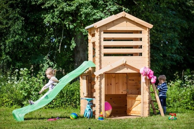 Drewniany domek zwieżą iślizgawką (model Wojtek 4IQ). Fot.4IQ