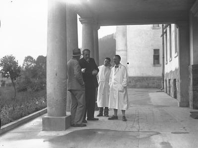 Członkowie konsylium lekarskiego profesor Maksymiliam Rutkowski (2. z lewej) i dyrektor Szpitala Powszechnego w Zakopanem Gustaw Nowotny (1. z prawej) informują dziennikarza o stanie zdrowia Juliana Ejsmonta.