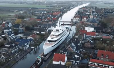 94 meter lang megajacht vaart door Alphen aan den Rijn