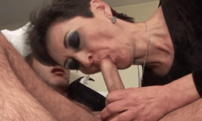 Oma geeft blowjob