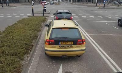 Gele auto met FakeTaxi sticker