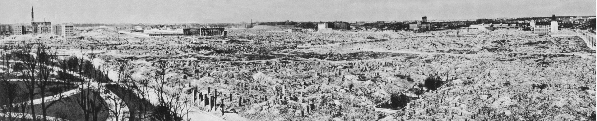 Po upadku powstania Niemcy zrównali getto warszawskie zziemią. Zrozkazu Adolfa Hitlera spalono iwysadzono wszystkie domy znajdujące się naterenie objętym walkami. Jednym znielicznych zachowanych budynków był kościół św.Augustyna wykorzystywany jako magazyn.