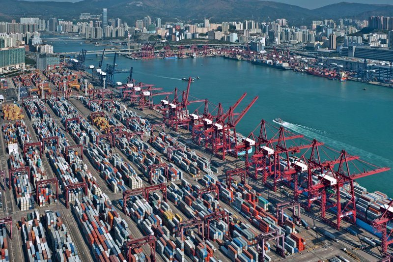 COVID-19 outbreak hits Hong Kong container shipping port