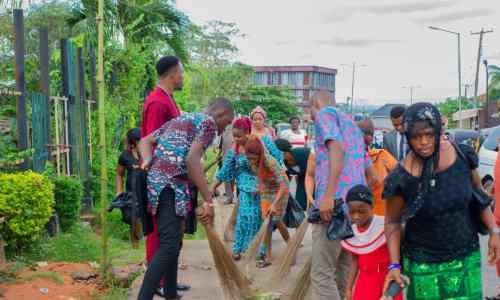 Abia #ENDSARS Movement Donates Trash Bags, Reflectors, Brooms And Rakes To Group