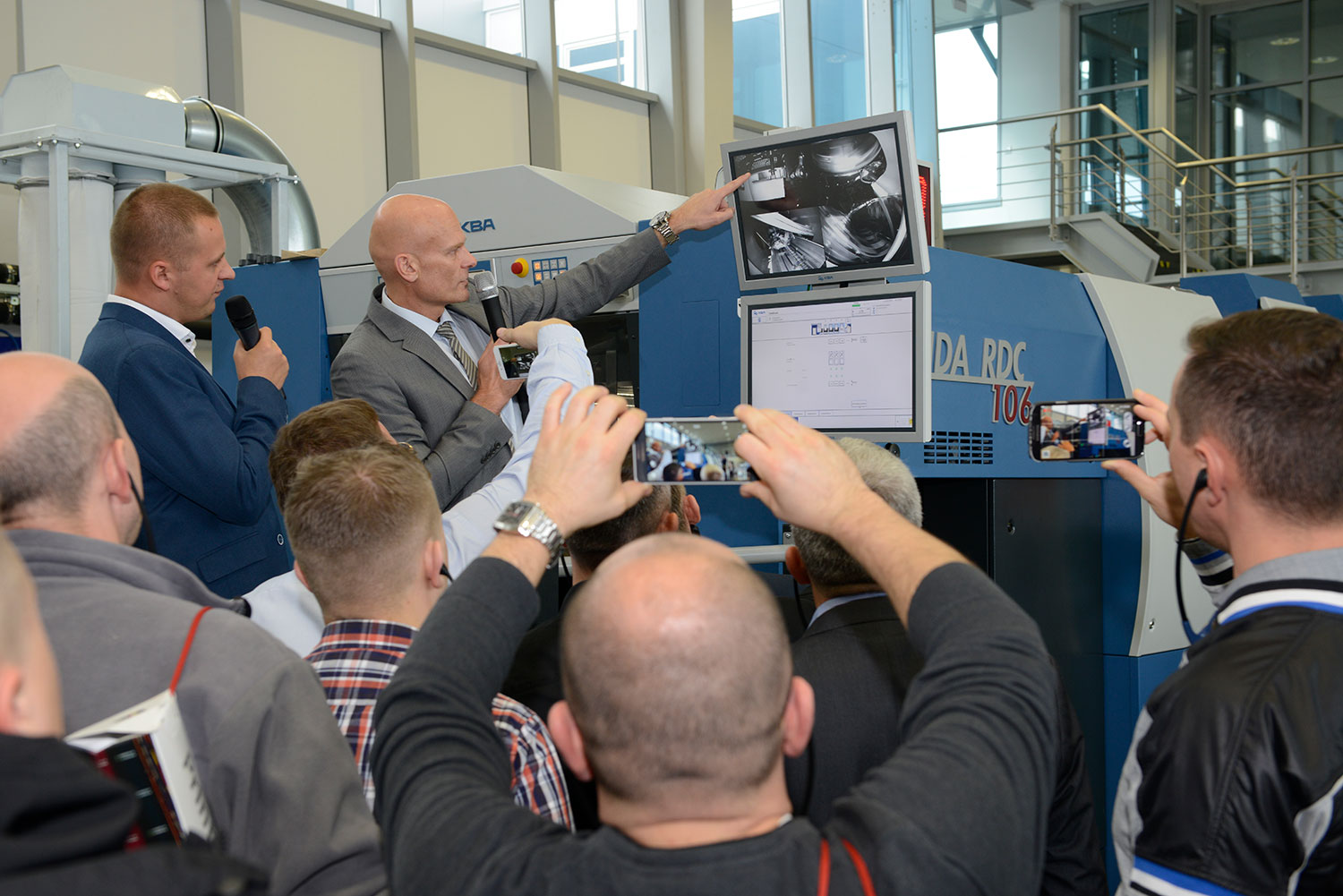 dirk-winkler-and-pawel-krasowski-during-the-live-presentation-of-the-rotary-die-cutter-rapida-rdc-106