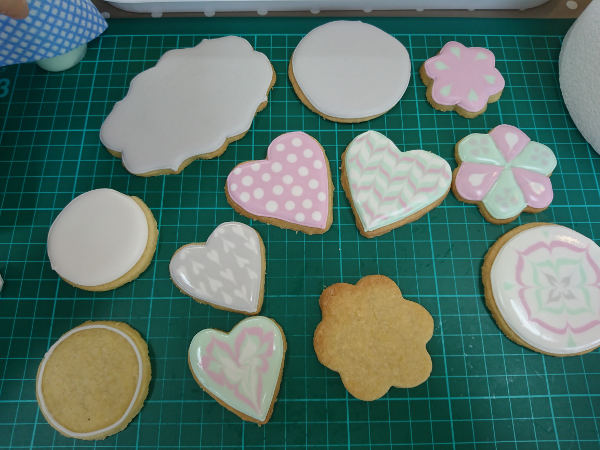 Cookie class half decorated cookies