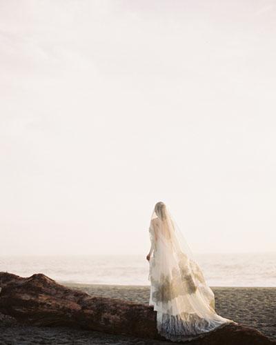_0002_erich-mcvey-ginny-au-ethereal-wedding-ideas-ocean-driftwood-sea-full-length-veil