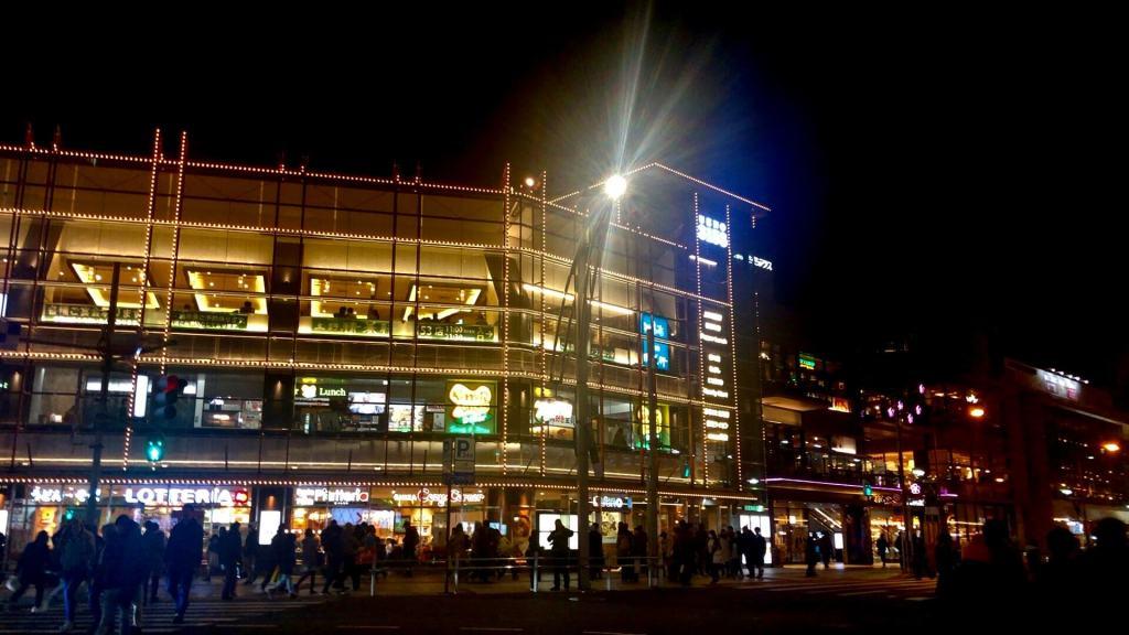 夜の上野駅近くの風景