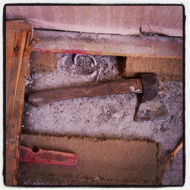 Просто топор. Какие интересные находки под паркетом можно найти в советских домах. Если его туда положили, значит это кому–то было нужно. Пролежал в полу более 30–ти лет. В детской комнате.