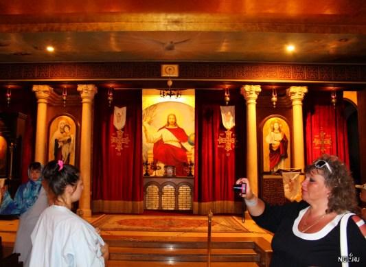Русо туристо перед алтарём фоткуются. В коптских церквях необязательно женщинам покрывать голову, но обязательно плечи должны быть прекрыты