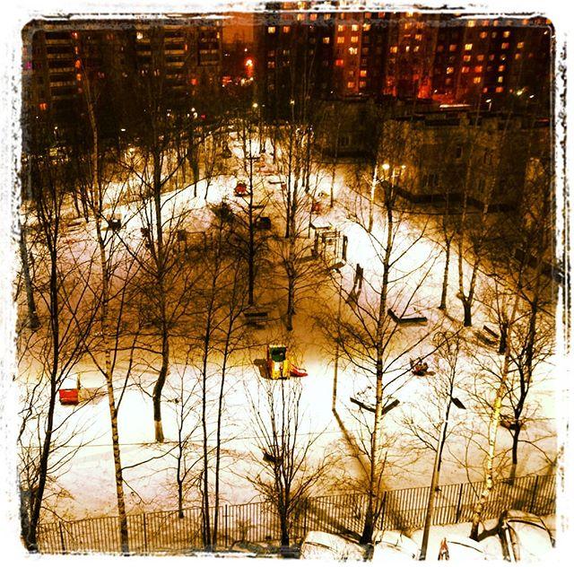 А у нас во дворе сейчас так. Вот, фонарей понаставили, пригодятся в скором будущем.#двор #фонари #Питер