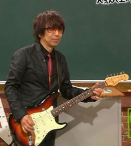 実際にギターを弾く木根さん