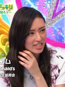 目を凝らして、斎藤さんの毛の流れを観察する栗山さん。