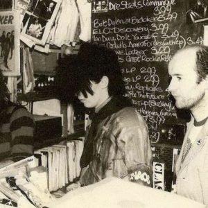レコード店で働いている頃の珍しい写真。 典拠: twitter