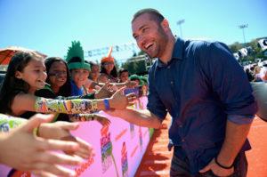 イベントで子ども達と握手 典拠: zimbio.com
