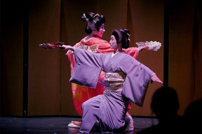 "Wakayagi Kiyoka and Wakayagi Rinsen performing ""Seigaiha."""