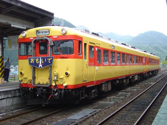 修学旅行専用列車おもいで号キハ28・58(鳴子温泉駅にて)