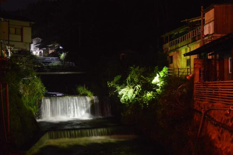 Une rivière au Japon de nuit